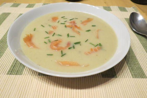 Romige witloofsoep met gerookte zalm: deze heerlijke soep tover je snel op tafel. Het lijkt een feestelijke soep, maar het recept is heel eenvoudig. Enjoy !
