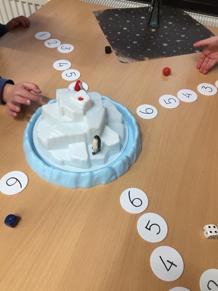 Dag 86: De pinguïns naar de ijsberg dobbelen. #kijkjeindeklas #winter #pinguin