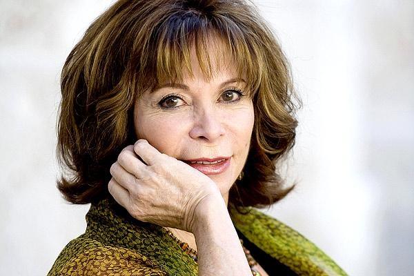 Isabel Allende Llona  (Lima, Perú, 2 de agosto de 1942) .- Escritora chilena, Premio Nacional de Literatura 2010, miembro de la Academia Estadounidense de las Artes y las Letras desde 2004.  Autora de superventas, la tirada total de sus libros alcanza 57 millones de ejemplares y sus obras han sido traducidas a 35 idiomas; está considerada como la escritora viva de lengua española más leída del mundo