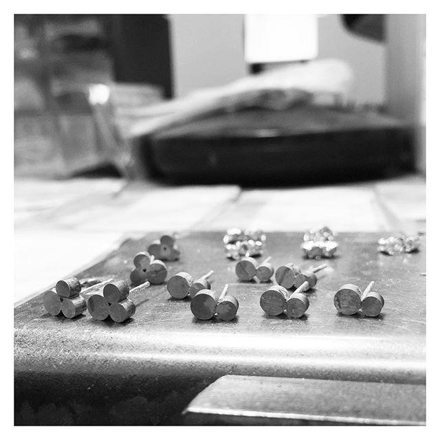 Pienen pienistä osista valmistuu kauniita asioita 🖤 #finnishdesign #handmadeinpori #handmadejewelry #oonaarmiajewelry