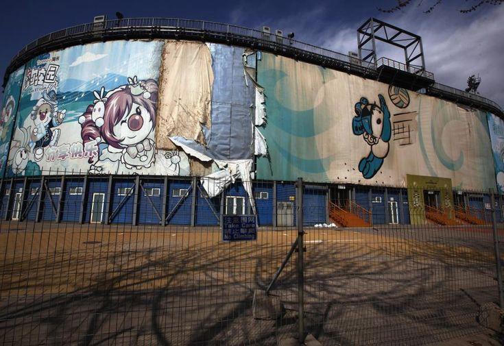 Quatre sites olympiques laissés à l'abandon - ici : Enceinte du stade de beach-volley construit pour les JO d'été de Pékin (Chine) en 2008, et laissé à l'abandon, en avril 2012. DAVID GRAY / REUTERS