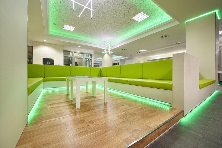Zázemí - studentské apartmány. Kombinaci bílého dekoru a zeleného čalounění doplňuje barevné LED osvětlení.