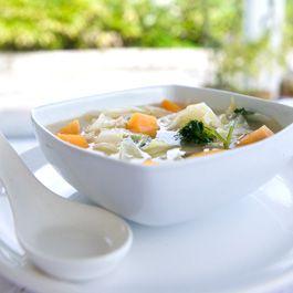 Het soepdieet is van oorsprong een crashdieet waarbij je 7 dagen bijna alleen maar koolsoep eet. Je mag er zo veel van nemen als je wilt en omdat er bijna geen calorieën in zitten, val je erg snel af. Ongeveer