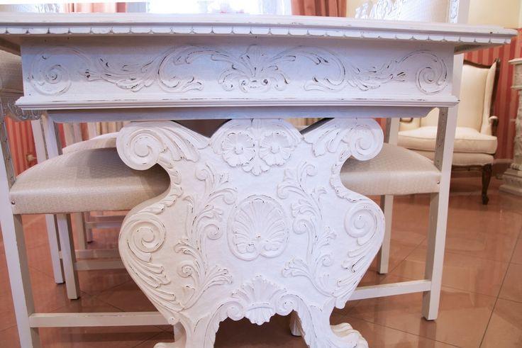 Tavolo in stile rinascimento dopo la trasformazione in stile shabby chic la vernice chalk paint Decora Facile. www.shabbychiclife.it