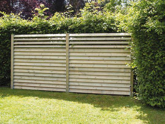 Une palissade persiennée en bois façon persienne - Panneau, claustra : quelle clôture pour mon jardin ? - CôtéMaison.fr