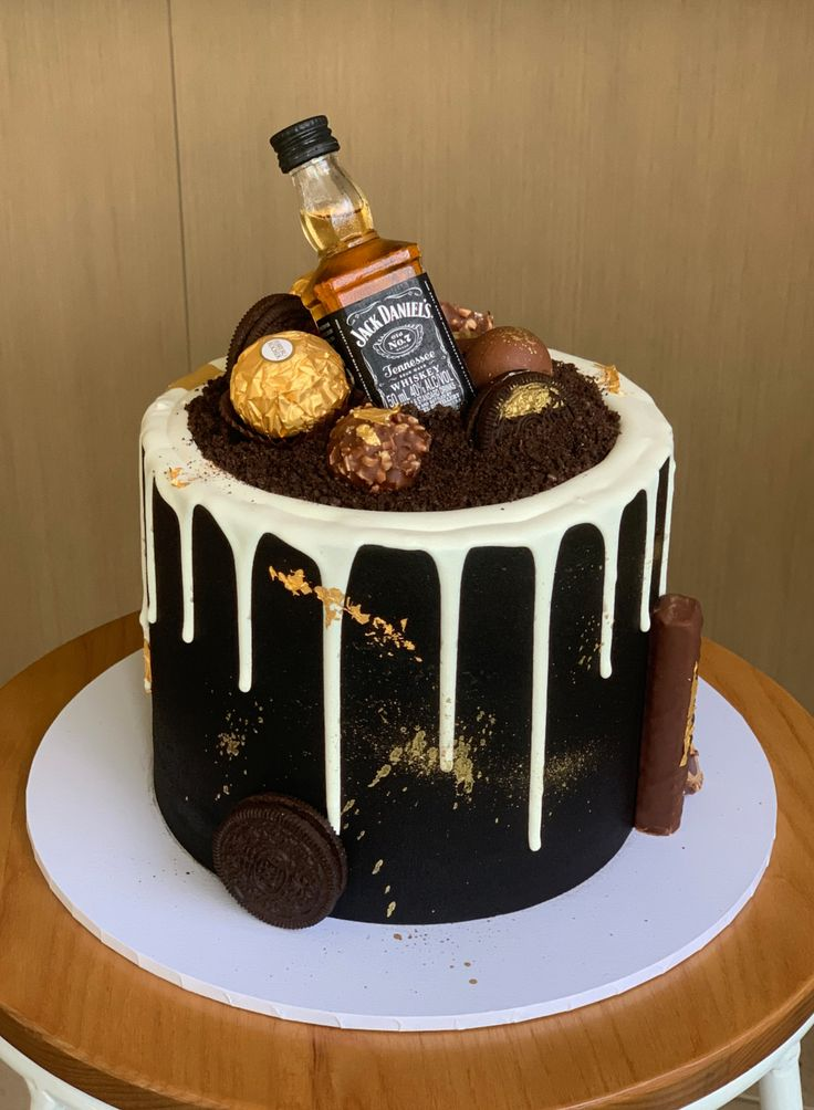 Bolo Jack Daniels, Festa Jack Daniels, Jack Daniels Party, Jack Daniels Birthday, Alcohol Birthday Cake, White Birthday Cakes, Beautiful Birthday Cakes, Drip Cakes, Fun Baking Recipes