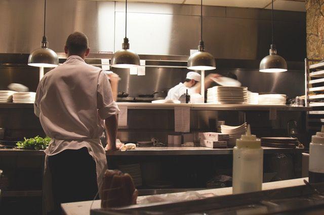 Discovery   Chef de partie   El chef de partie se encarga de la preparación de platos especiales, postres, salsas tipo gourmet, buffets, entre otras tareas. También posee una amplia educación culinaria y por lo general, cuenta con al menos cuatro años de experiencia.