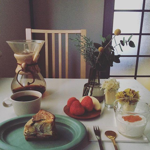 2017/01/16 07:59:35 taako_hibi おはようございます☺︎ 今日はレンコンとかぶのクリームチーズキッシュで朝ご飯。 どうしてもこの断面が撮りたくていつもと違う角度から撮ってみました。 今日も寒い1日になりそうですが暖かくしてお過ごし下さい。 * * * #朝ご飯#朝食#朝時間#キッシュ#リベイク#バルミューダ#いちご#りんご#果物#フルーツ#ヨーグルト#コーヒー#ケメックス#池田優子  さん#辻和美 さん#イイホシユミコ  さん#ふたば工房 #うつわ#器#真鍮カトラリー#柳宗理 さん#花のある暮らし#プリザーブドフラワー#フローラ#ホルムガード#scope_japan#日々#暮らし#シンプル