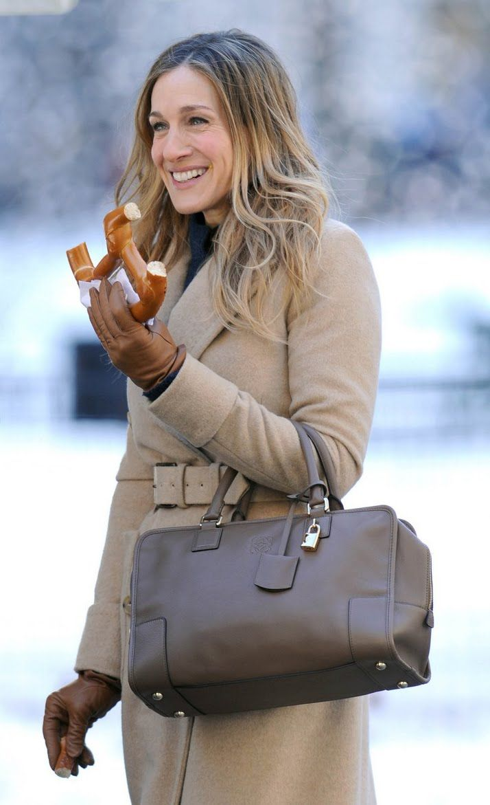 大人気ブランドLOEWE(ロエベ)のバッグ。海外セレブのLOEWEのバッグコーデをお手本にしてみませんか?毎日のコーデにLOEWEをプラスしてエレガントにまとめよう!