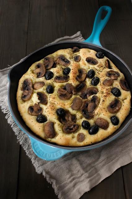 Atentos a esta Focaccia de Champiñones y aceitunas negras, fácil, rápida y deliciosa.