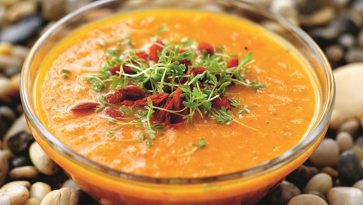 Krämig soppa toppad med krasse och gojibär.