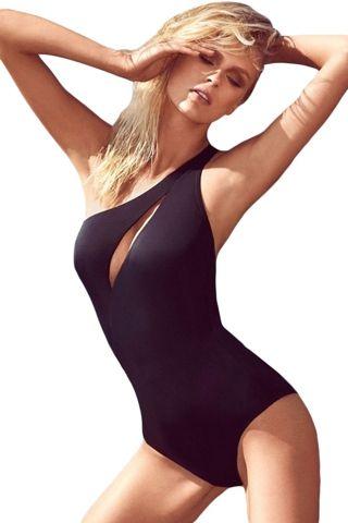 Edel und raffiniert am Pool: Eleganter #One-Shoulder-#Badeanzug  Moderne Badeanzüge sind alles andere als langweilig. Ausgefallene Schnitte und raffinierte Details sorgen für einen echten Hingucker. Dieser elegante Badeanzug ist #schulterfrei auf einer Seite und besitzt einen tiefen Brustausschnitt der sexy ist und dennoch nicht zu viel zeigt. Der schöne #Einteiler liegt wie eine zweite Haut an und bietet aufgrund der Beinausschnitte auch eine angenehme Bewegungsfreiheit.
