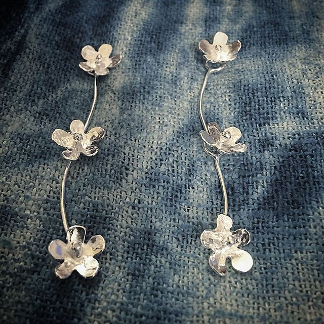 Found the time today Ignored all the reasons why I shouldn't.  Finally made daisy chains in #sterlingsilver  #daisychain #kineticjewellery #flowers #herbertandwilks #earrings #thejourneycontinues #design #artjewellery #contemporaryjewellery #nature #silverjewellery