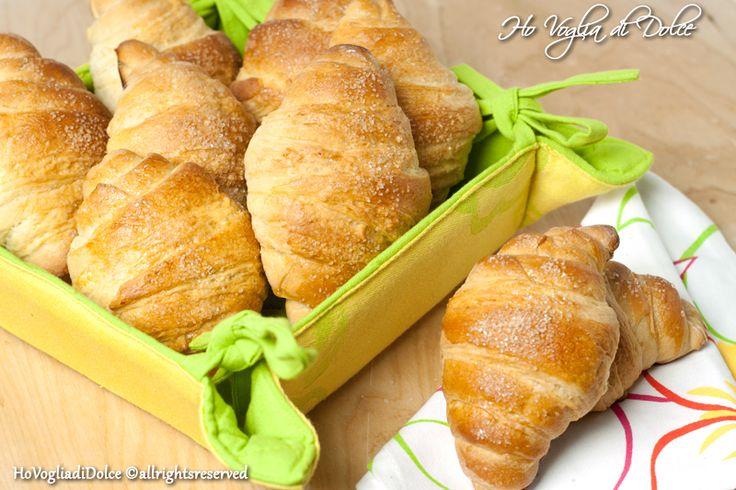 Cornetti per la colazione, meravigliosi, grazie al metodo delle sfogliette avrete dei cornetti simil sfogliati facilissimi da preparare come quelli del bar.