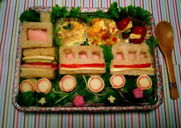87_Mizuki_Japan  母に感謝の気持ちを込めて。母は汽車が好きなのです。拘りはパプリカ,サツマイモ,トマト,キュウリ,トウミョウ,レタスなど彩りがよく栄養満点のサラダやグラタン。サンドはハム,トマト,チーズ,キュウリ。パンはライ麦パンです。お母さん、いつもありがとう。