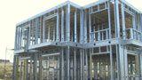 La vivienda llevada a cabo con steel framing se asume de mucha duración, dado lo noble de los materiales que se emplean y las técnicas de #construcción en seco, lo que evita la aparición de grietas y fisuras que son habituales en la construcción tradicional, en ladrillos, hormigones y unión de materiales diferentes.