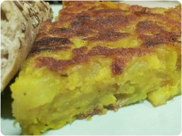 Tortilla de patata vegana: una sabrosa receta de la tradicional tortilla española sin huevo.