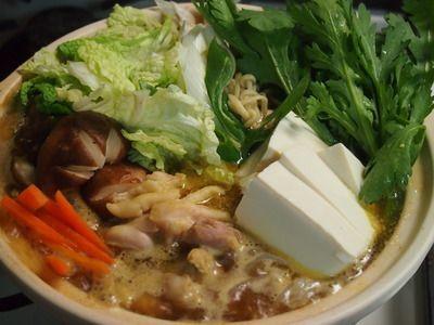 塩麹鶏肉のカレー鍋 |鍋にだし汁を入れ、沸騰したら牡蠣醤油、カレー粉、塩麹漬けした鶏肉、野菜、豆腐などを加えます。シメに中華麺を入れて、カレーラーメンにすると止まらないおいしさです。