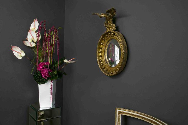 Flower arrangement in the hallway with anturium, hydrangea and amaranthus | Arreglo floral en el pasillo con anturium, hortensias y amaranto
