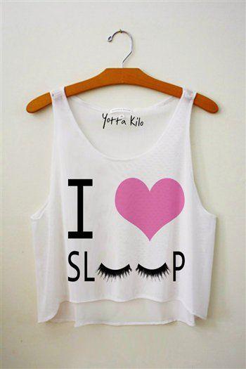 """Esta es una camiseta blanca para dormir que dice """" Me encanta el sueño. """" Es muy pequeño, pero suelto. Usted puede comprar en internet."""