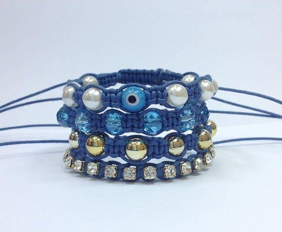 D2000S2350    Kit de pulseiras shambala, confeccionadas em macrame com cordão encerado na cor azul royal, composto de 4 pulseiras  1 pulseira de pérolas de 8 mm e olho grego de 8 mm na cor azul  1 pulseira de cristais facetados de 8 mm  1 pulseira de corrente de strass cristal PP 32 (strass peque...