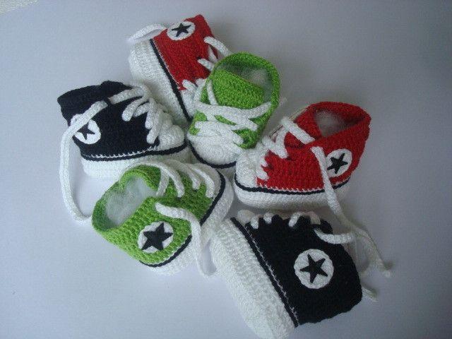 kit contendo 3 pares de tenis. <br>material;linha 100% algodao. <br>1 ; vermelho branco e preto. <br>1 ; verde,branco e preto. <br>1 ;preto, branco. <br>tamanho;sola 8 cm para bebe de 0 a 2 meses.