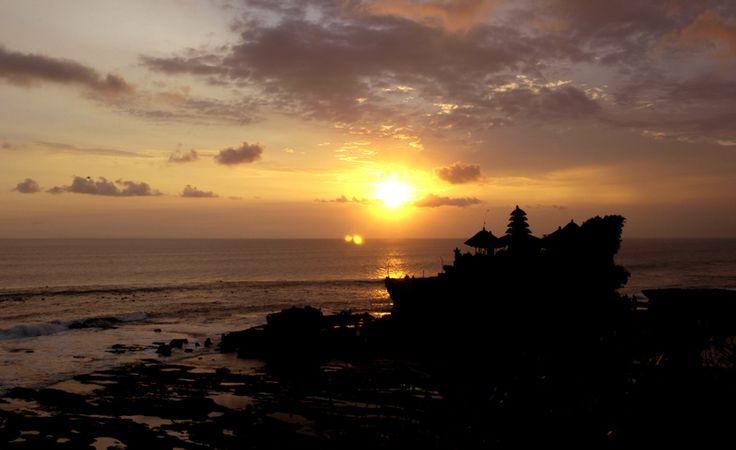De schitterende zonsondergang bij de beroemde Tanah Lot tempel, een hindoetempel die in zee ligt en alleen bij eb te bereiken is. Ontdek Tanah Lot samen met Original Asia! Rondreis - Vakantie - Indonesië - Bali - Tanah Lot Tempel