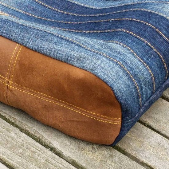 Eine stylische Jeanstasche nähen? Die Nähanleitung und das Schnittmuster für eine umwerfende Upcycling Tasche findest du bei Elle Puls.