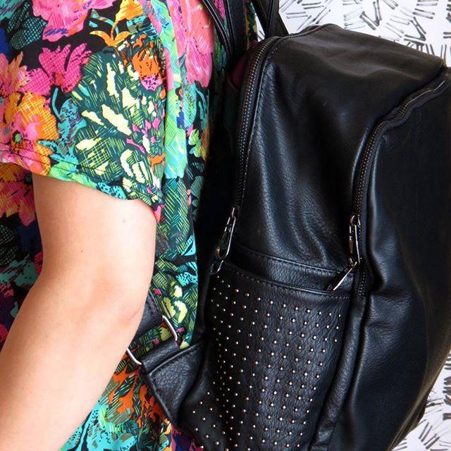 Nuestros bolsos dicen: put something nice inside me :) •  •  •  •   #bag #bagpacker #bolso #bolsos #maletin #negro  #instamoda #moda #cajica #maleta #viajar #INSANNIA