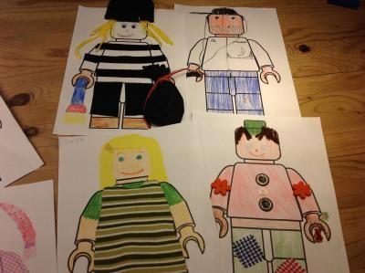 Als Wochenhausaufgabe gab es diese Woche die Aufgabe, ein Legofigurumriss zu gestalten, einen Steckbrief zur Figur anzufertigen und danach ein paar zusammenhängende Sätze als erste Personenbeschreibung zu schreiben.