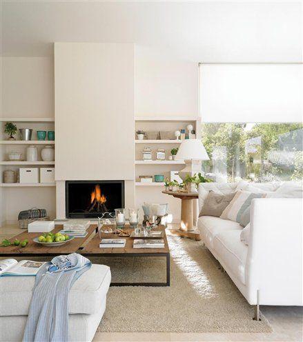 Salón claro con chimenea y alfombra clara