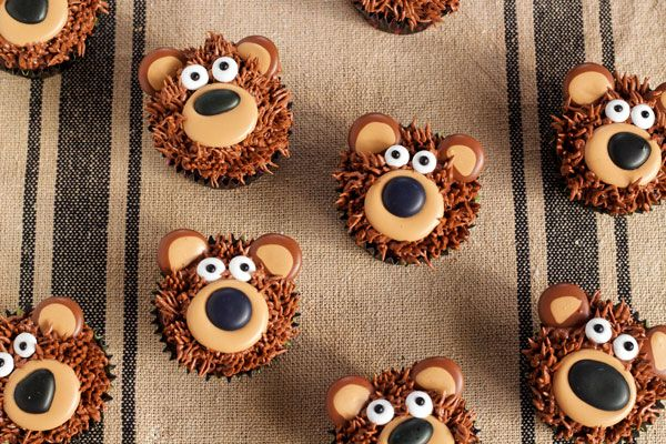 Follow this tutorial to make these cute Bear cupcakes. Make the transfers in advance so you can quickly decorate them with the kids. Free pattern included.