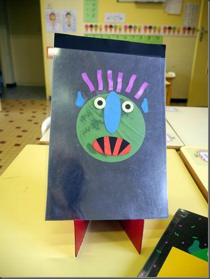 Un enfant raconte l'histoire pendant que l'autre manipule les éléments du personnage collés sur des rodhoïds