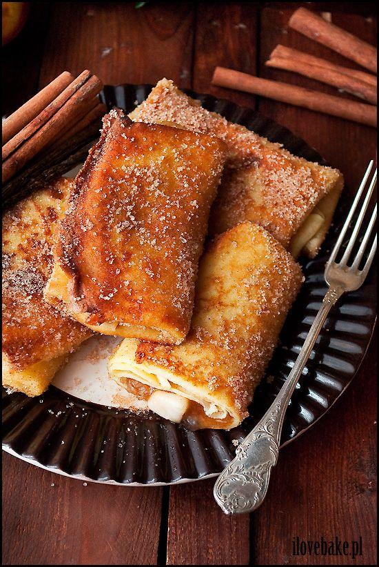 Naleśniki z jabłkami to cudowny deser, ze względu na dawkę cukru nie polecam ich na obiad. Nadzienie jest po prostu obłędne.