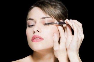 El maquillaje de ojos en especial requiere gran destreza con pinceles y lápices, pues el reducido tamaño de esta zona hace que por momentos pasos como el delineado de ojos puede hacerse complicado.El delineador de ojos es uno de esos cosméticos que son un básico del maquillaje, pues el efecto qu
