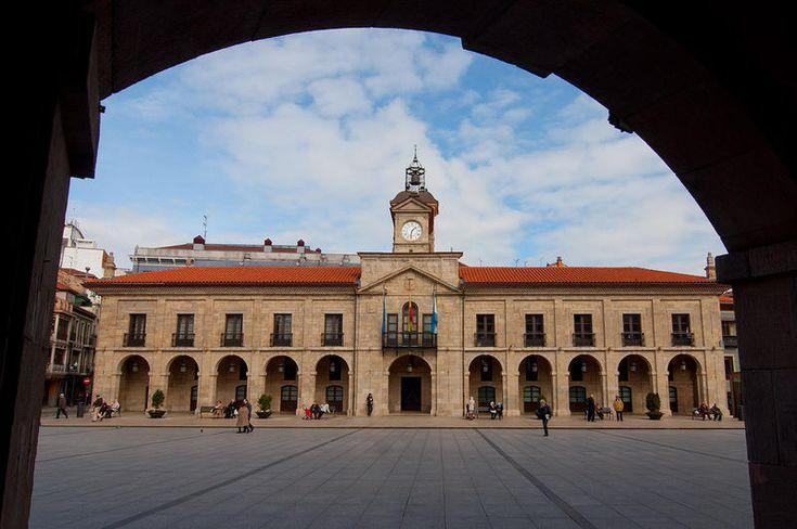Ayuntamiento. La espléndida fachada de piedra del Ayuntamiento, uno de los edificios más representativos de Avilés | C.Jordá