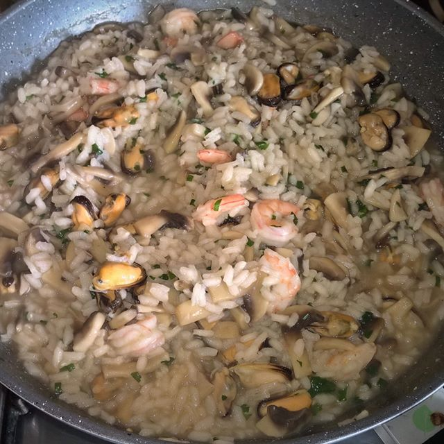 【sale_andrea】さんのInstagramをピンしています。 《Aww 😍 non vedo l'ora 😍 #pranzo 🍴 #risotto #terra e #mare #funghi #gamberetti #cozze #lunch #instalunch #lunchgram #mushrooms #shrimps #mussels #昼ご飯 #昼飯 #リゾット #地 と #海 #茸 #海老 #ムール》