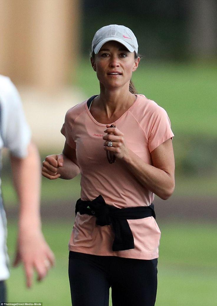 Bronceada y tonificada Pippa llevaba una gorra de béisbol, camisa atlética de color rosa, mallas negras y entrenadores para su sesión de entrenamiento.  Ella abandonó el maquillaje y mostró su anillo de compromiso deslumbrante para la ocasión