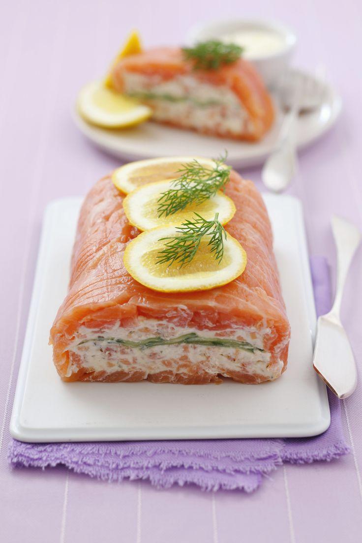La terrina di salmone è un antipasto versatile: ecco come realizzare il cuore morbido di formaggio e cetriolo avvolto da un guscio di salmone affumicato.