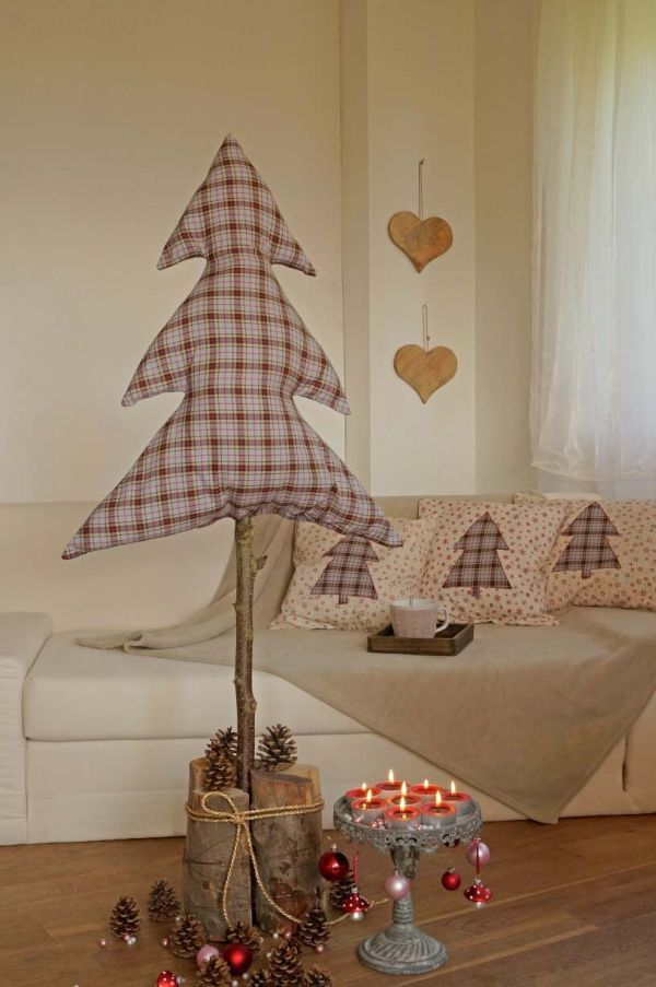 Es wird Zeit den Winterzauber ins Haus zu holen. Mit unserem Tutorial entstehen ein Tannenbaum im Landhausstil und kuschelige Kissen mit Hotelverschluss.