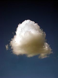 kostenloses Foto einer einzelnen weißen Wolke vor blauem Himmel