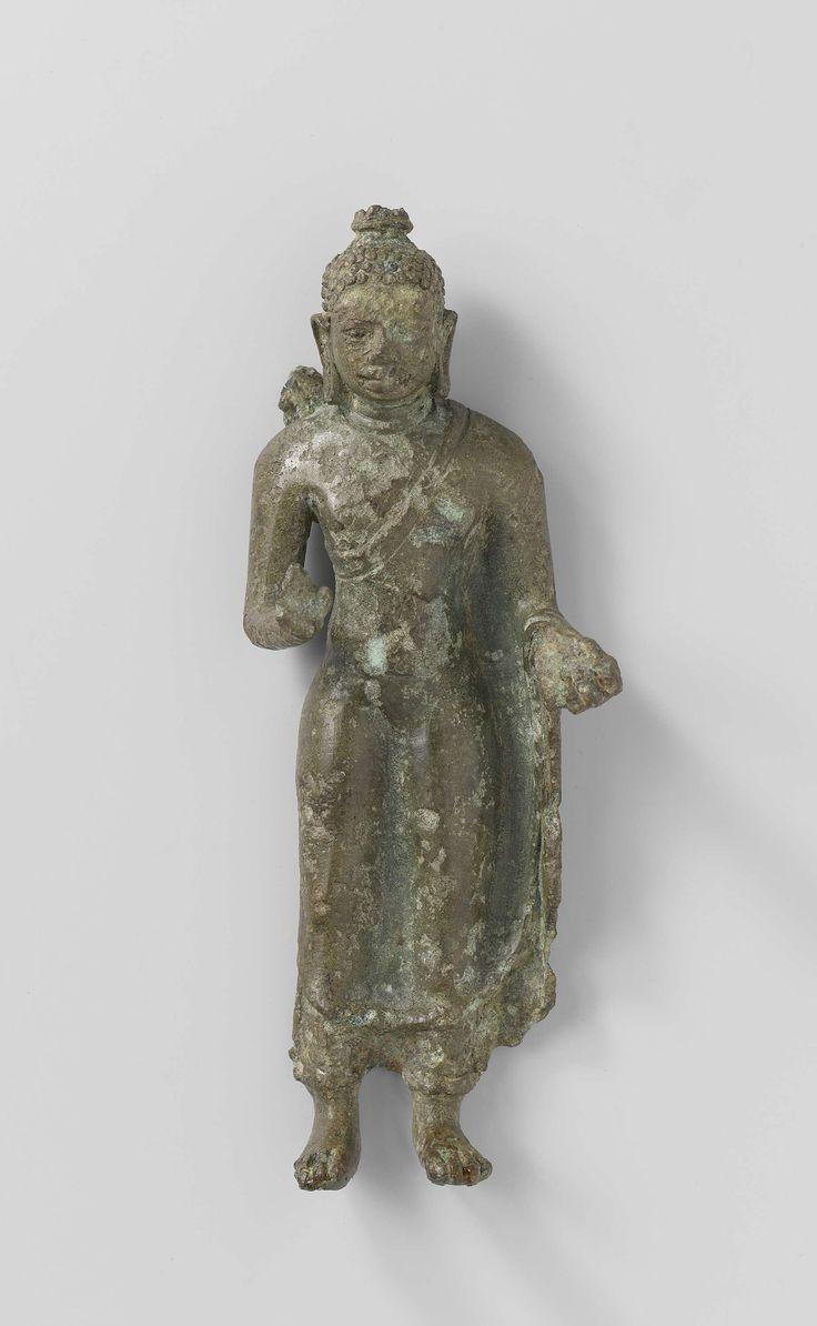 Anonymous | Staande Boeddha, Anonymous, 700 - 800 | Beeldje van staande Boeddha, onderarmen opgeheven tot heuphoogte, vingers van rechterhand zijn afgebroken, kleed nauw aansluitend op het lichaam, zonder plooien. (Divine Bronze, nr. 4)