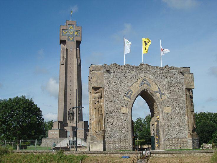 PAXPOORT   www.museumaandeijzer.be  PAXPOORT Met het puin van het vernietigde monument werd in 1950 de Paxpoort gebouwd. De ijzeren kransen bij de toegang herinneren aan de Vlaamse soldaten die tijdens de Eerste Wereldoorlog omwille van hun overtuiging naar de strafkampen van de Orne, Auvours, enz. werden verbannen. Op de vier hoeken van de Paxpoort werden beelden aangebracht die Aubroeck uit Temse voor de eerste IJzertoren maakte