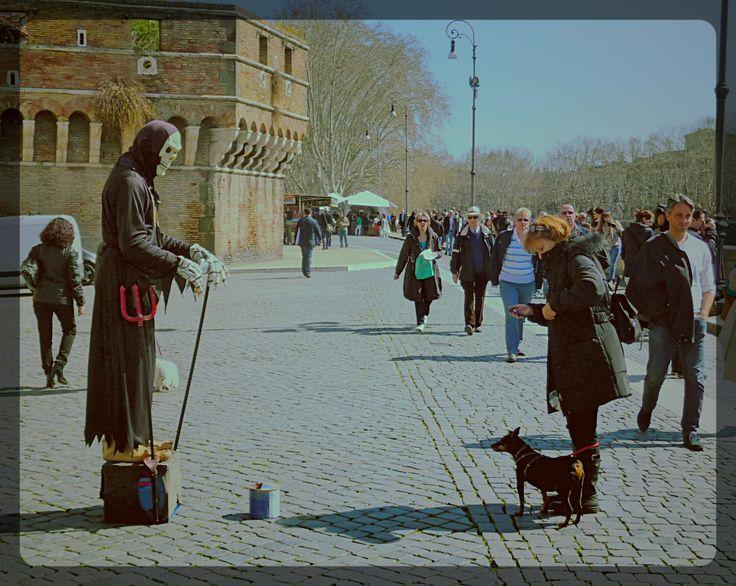 Roma. Un Artista di strada ed un Cane curioso, a Castel Sant'Angelo.