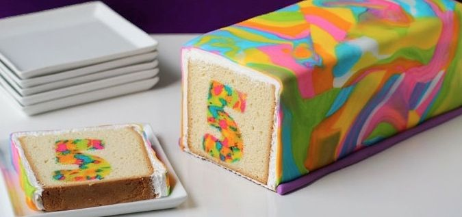 Es sieht total kompliziert aus, aber dieser umwerfend knallige Kuchen ist ganz einfach. #Rezept