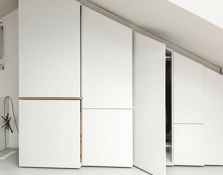 placard sous pente encastré en blanc et bois avec portes sans poignées