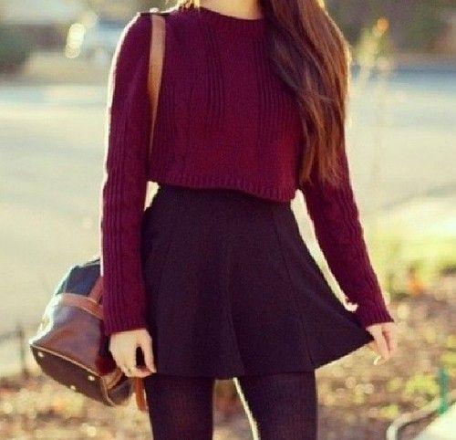 Бордовый укороченный свитер и мини юбка