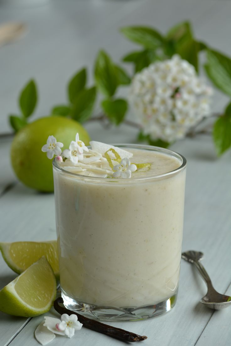 Deze frisse, gezonde smoothie met kokos, limoen en vanille is heerlijk als onderdeel van een feestelijke lunch, maar ook als snel ontbijt of tussendoortje.