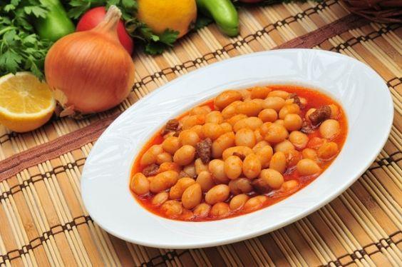 Het bekende Turkse gerecht 'Kuru Fasulye', oftewel witte bonen in tomatensaus, lijkt op het eerste gezicht misschien heel makkelijk te maken, maar schijn b