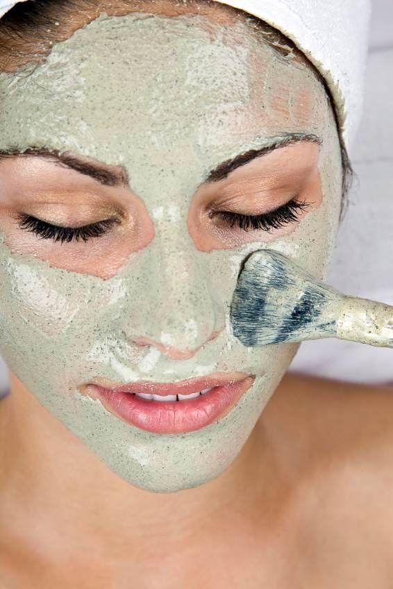 De gelatina la máscara para los cabellos con la yema y la miel